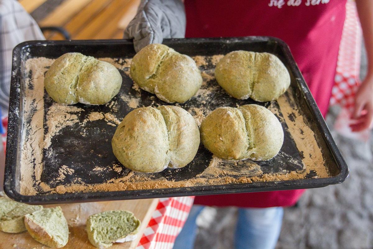 przepis na domowy chleb bułki ze szpinakiem szpinakowe pieczywo krok po kroku jak zrobić