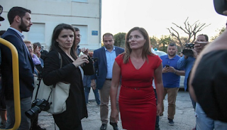 Μπέτυ Μπαζιάνα: Έκλεψε τις εντυπώσεις στο πλάι του Αλέξη Τσίπρα στα Χανιά