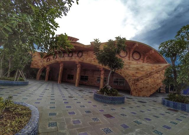 Ornamen bangunan bermotif belahan kayu di Atlantis Land