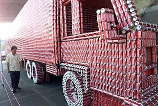 Camión hecho con latas de coca-cola.