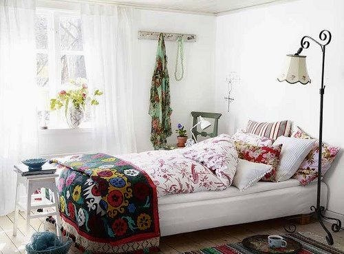 This combination of floral prints, vivid colors and delicate pieces create a romantic and youthful bedroom