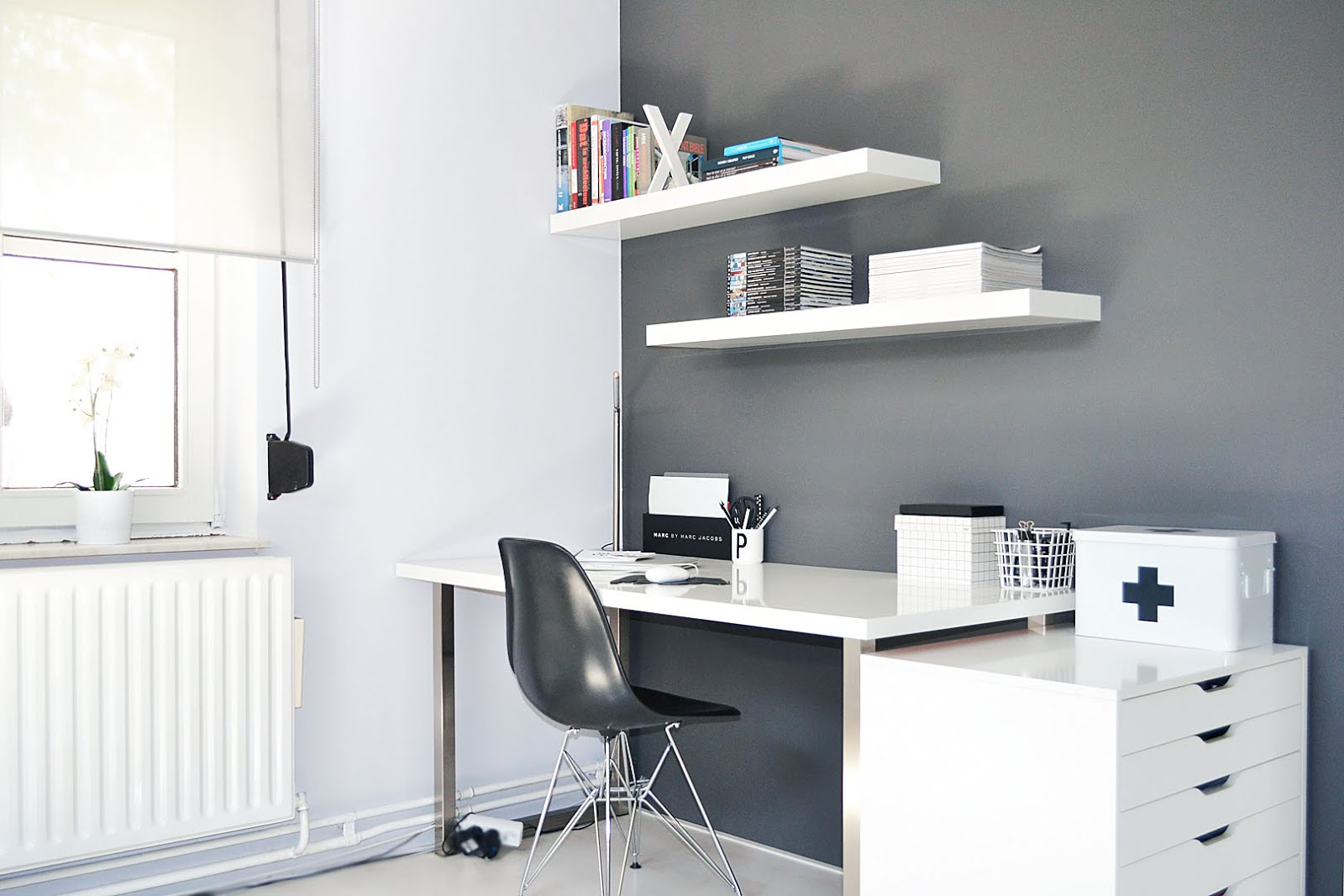 Minimal workspace, ikea alex, vitra dsx chair, charles ray eames, marc by marc jacobs, arne jacobsen letter cup, pencils, hay boxes, vogue collection, interior design, fashion blogger, belgische modeblogger