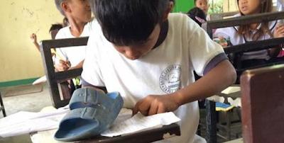 Menyedihkan! Siswa Ini Pakai Sandal Untuk Menghapus Tulisan, Kisahnya Bikin Nangis