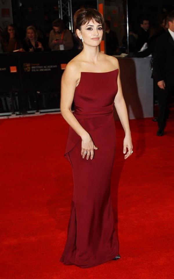 Fashion In Wedding Penelope Cruz To Wear Armani Red Flat