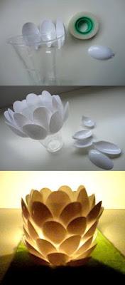 centro de mesa con cucharas y vaso de plastico reciclados