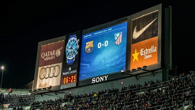 Marcador del estadio Camp Nou con el reloj de Maurice Lacroix
