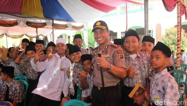 Hari Santri, Polisi di Tangerang Bagikan 1.000 Kitab Kuning