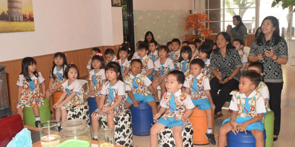 Ikuti Pembelajaran Variatif, Siswa KB-TK KK Belajar Tentang Susu