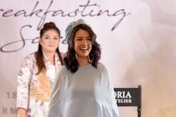 Asty Ananta Tampil Cantik dengan Di Peragaan Busana Muslim Hotel Fairmont