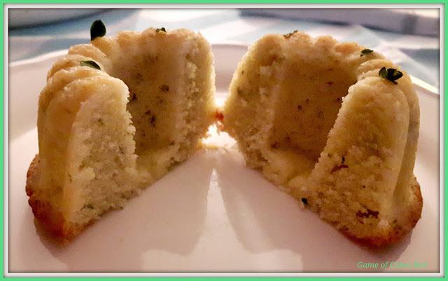 Interior del mini bundt cake de limón y tomillo