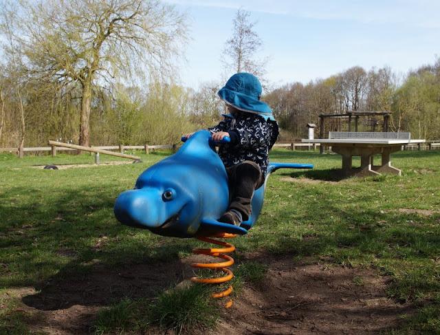 Kinder brauchen Abenteuer! Zwei spannende Abenteuer-Spielplätze in der näheren Umgebung von Kiel. Auf dem Robinson-Spielplatz in Preetz gibt es sogar maritime Spielgeräte wie diesen Wipp-Delfin!