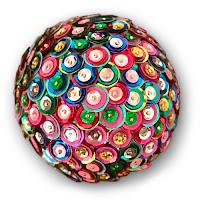 Çeşitli renklerde süs pullarından yapılmış top