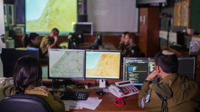 """Las Fuerzas de Defensa de Israel (FDI) completaron recientemente la construcción de su """"sede cibernética"""": El centro de control para la defensa de los datos del ejército y las comunicaciones en línea. La sala de situación para la defensa cibernética, que se inició hace dos años, ejecutó operaciones durante varios meses de forma mejorada, y está destinado a permitir que las FDI funcionen completamente, incluso en los ataques cibernéticos graves."""
