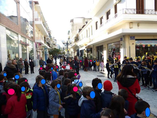 """Ηγουμενίτσα: Ο Πολιτιστικός Σύλλογος """"Ρένα Κώτσιου"""" στόλισε τα χριστουγεννιάτικα δέντρα στον πεζόδρομο"""