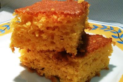 Fatias deliciosas de um bolo de cenoura simples e muito fácil de fazer