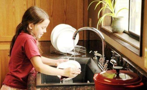Anak membantu mencuci piring