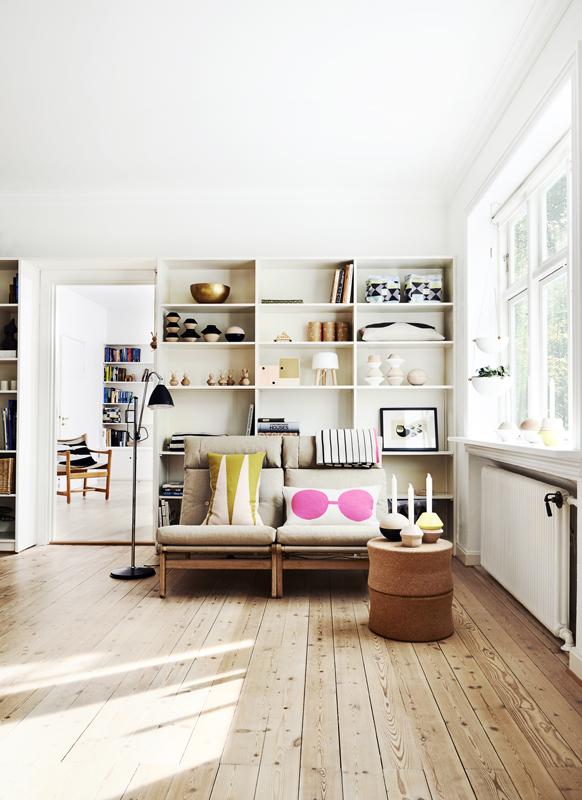 Wohnzimmer, eingerichtet mit Möbeln und bunten Textilien von Oyoy