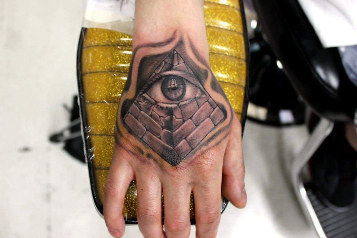 Tatuaje de Pirámide en la mano
