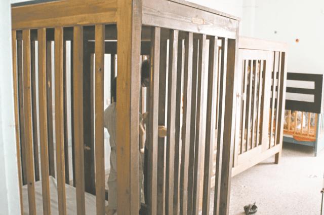 Αποτροπιασμός: Για 10 χρόνια τυφλό κορίτσι ζούσε σε κλουβί στα Λεχαινά Ηλείας