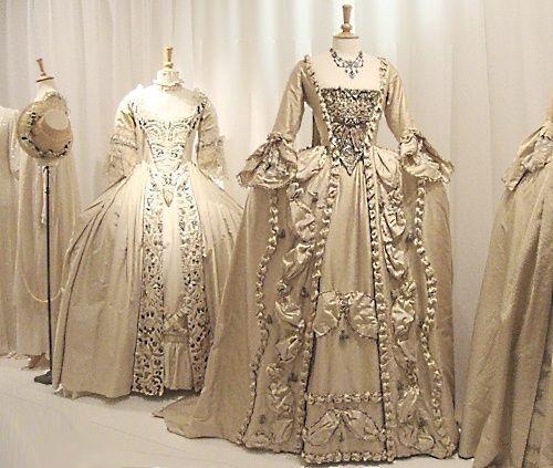 983326b5737c Na svadobné šaty sa teda dostávajú odtiene modrej a zelenej