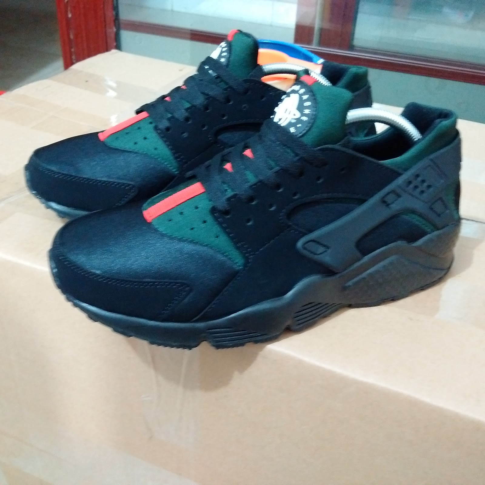 f30fec492945 GUCCI X NIKE AIR HUARACHE RELEASED!!! GUCCIRACHES TRIPPLE BLACK ...