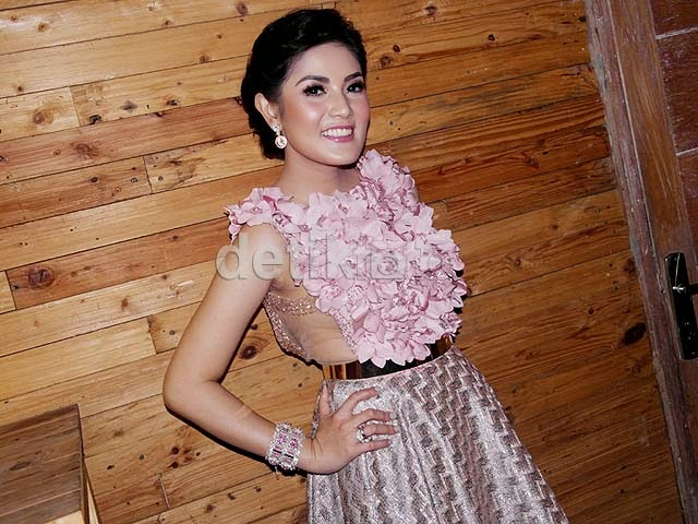 Photo Seksi Nindy Cantik Dibalut Dress Rancangan Ivan Gunawan