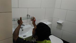 Warih Homestay : Memasang Rak Toiletries
