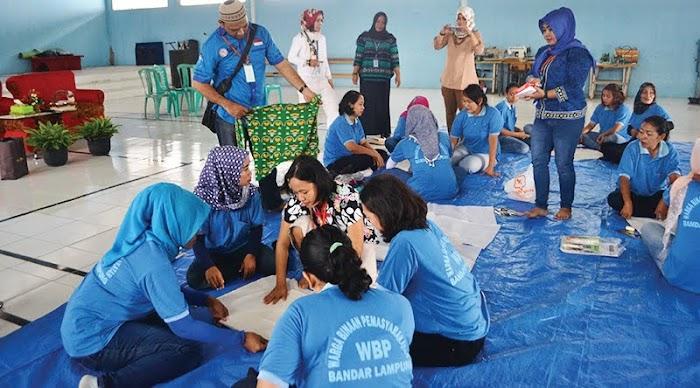 Dosen Darmajaya Latih Napi Buat Kerajinan Limbah Kain Motif Lampung