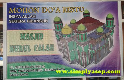 SPANDUK :  Spanduk besar membentang di kaca masjid Nurul Falah Wonodadi Kubu Raya Kalbar ini.   Anda ingin menyumbang silahkan langsung kepada mereka. Foto Asep Haryono