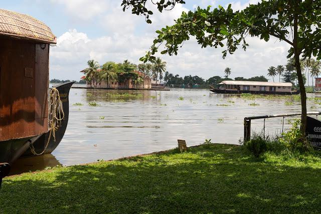 backwaters resorts houseboat alleppey punnamada kerala india