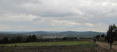 Widok na Wzgórza Tumlińskie z drogi grzbietowej Baraniej.
