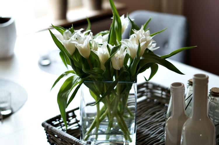 Spitze weiße Tulpen auf dem Küchentisch { by it's me! }