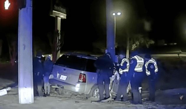 wanita tabrakkan mobil ke tiang