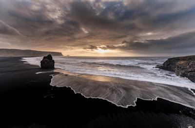 Playas de arena negra en el atardecer de vík