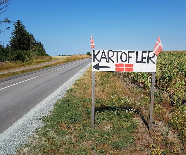Vertrauen gegen Vertrauen. Von zauberhaften kleinen Ständen an Dänemarks Straßen und einem dänischen Prinzip. Meist zeigt ein Hinweisschild den Verkaufsstand an.
