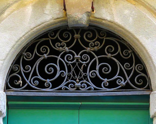 Fanlight window, Via della Madonna, Livorno
