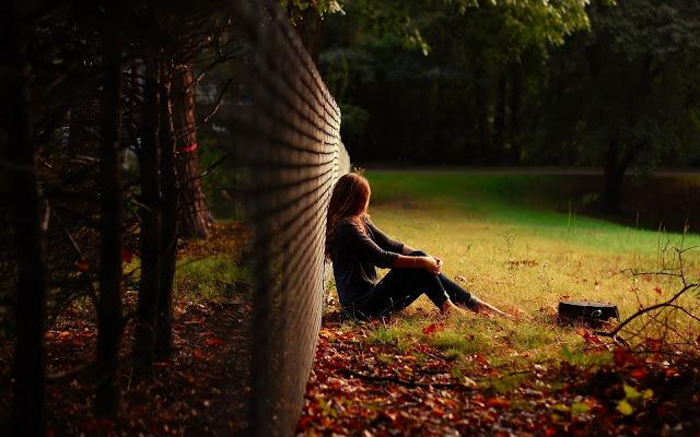 chica descansado en el parque