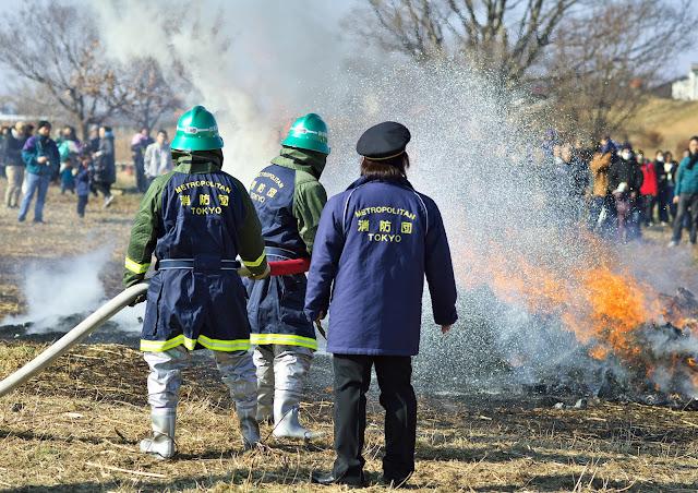 消防団が放水している写真