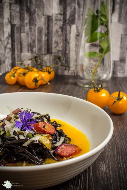 gelbe Tomatensoße mit schwarzen Nudeln