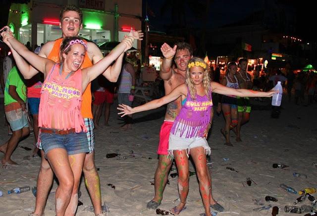 Тынцы парней и девушек на пляже