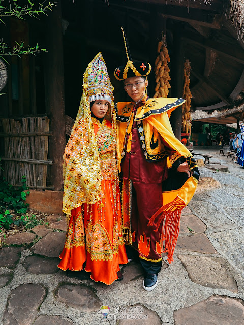 换上云南民族服装拍照Try out the local outfit for photoshoot in Yunnan Nationalities Village