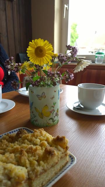 Kaffeetafel für Besucher im Landgarten (c) by Joachim Wenk