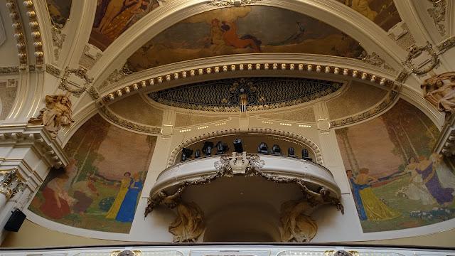 史麥塔納廳的天頂及壁畫為畫家Karel Špillar所作,象徵音樂、詩歌、舞蹈及戲劇