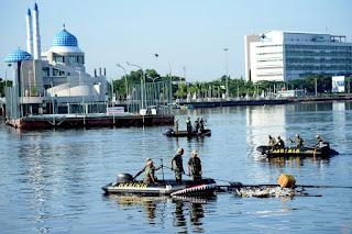 Marinir Bersih-Bersih Pantai Losari, Makassar