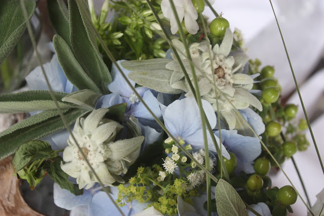 Floristik, Hochzeit in Bayern, edel-bayerisch, Himmelblau und Edelweiss, heiraten in Garmisch-Partenkirchen, Hochzeitslocation Riessersee Hotel, wedding destination abroad, Germany, Bavaria, blue and white