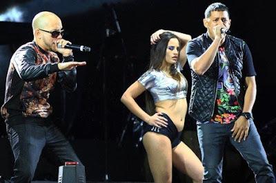 Foto de Angel y Khriz cantando en concierto