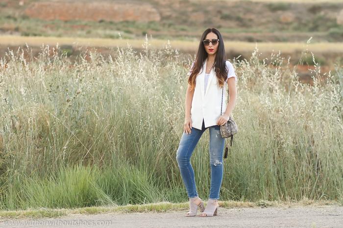 Bloguera de moda de Valencia con pantalones vaqueros y sandalias de tacon