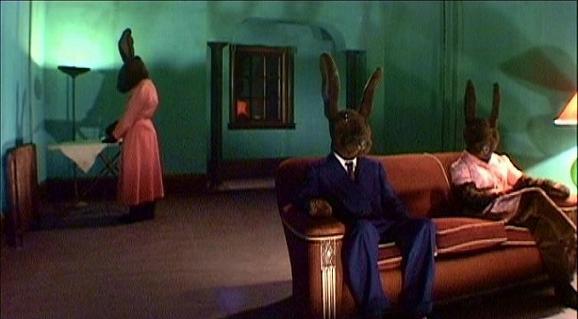 imagen de Rabbits de David Lynch con los conejos gigantes sentados en el sofa
