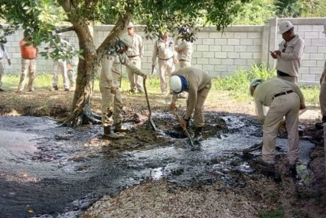 Video: Brota petróleo crudo en el patio del CBTIS 105 de Altamira, Tamaulipas