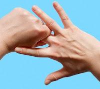 الضغط على الاصبع الوسط